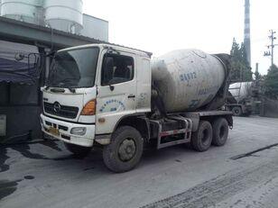 HINO kamion s mješalicom za beton